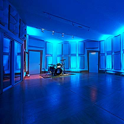 http://empiresoundstudio.com/wp-content/uploads/2013/08/Empire-Sound-Recording-Studio-Blue-Room.jpg