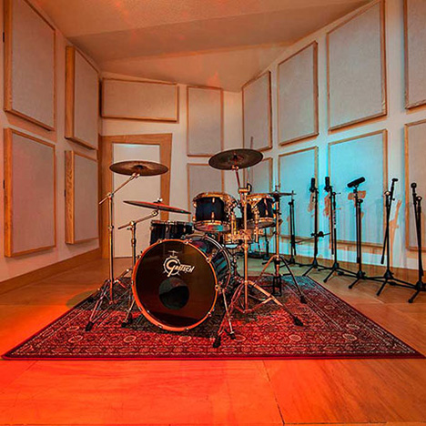 http://empiresoundstudio.com/wp-content/uploads/2013/08/Empire-Sound-Studio-Big_Studio-Drums1-468.jpg